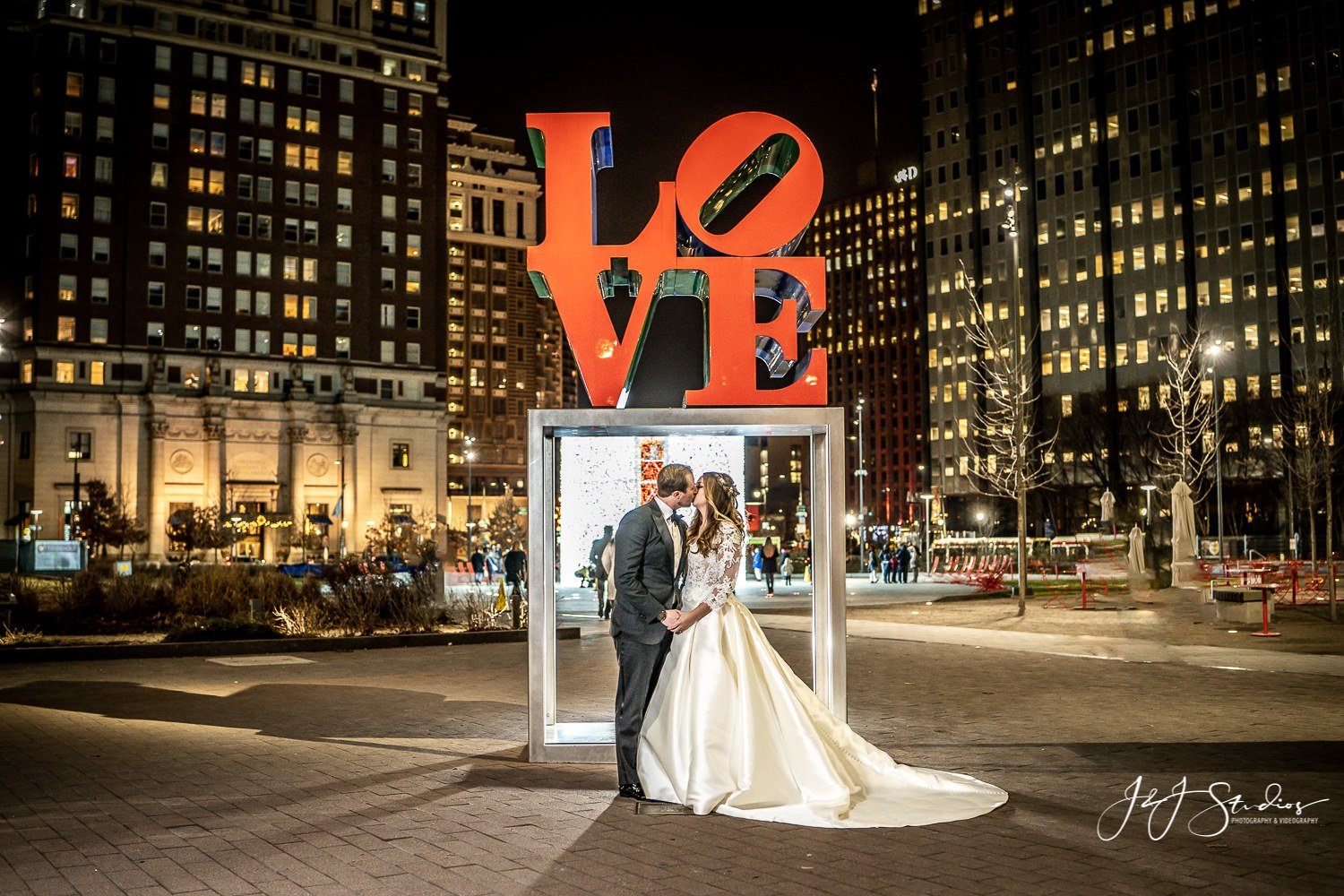 love statue bride and groom