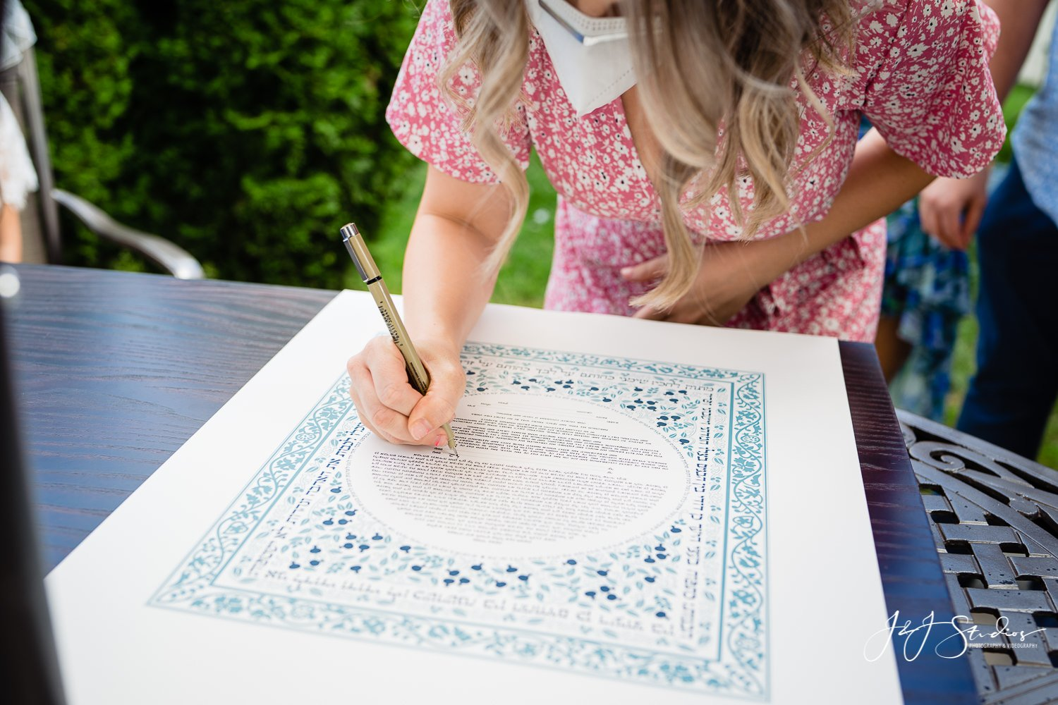 witness signs the ketubah in hebrew