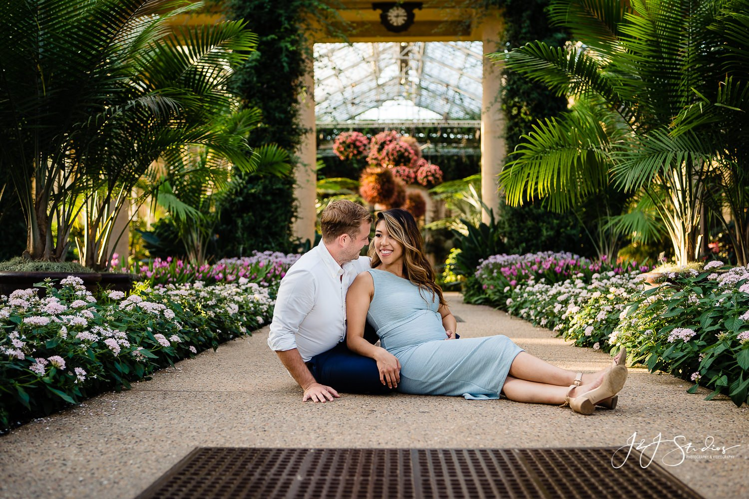 beautiful longwood gardens maternity session
