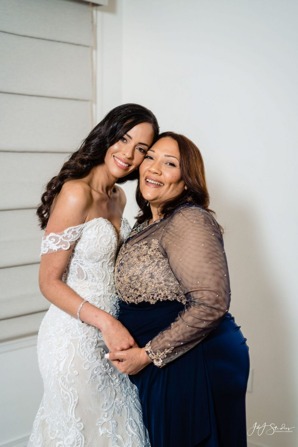 bride and mom wedding photography timeline guidelines