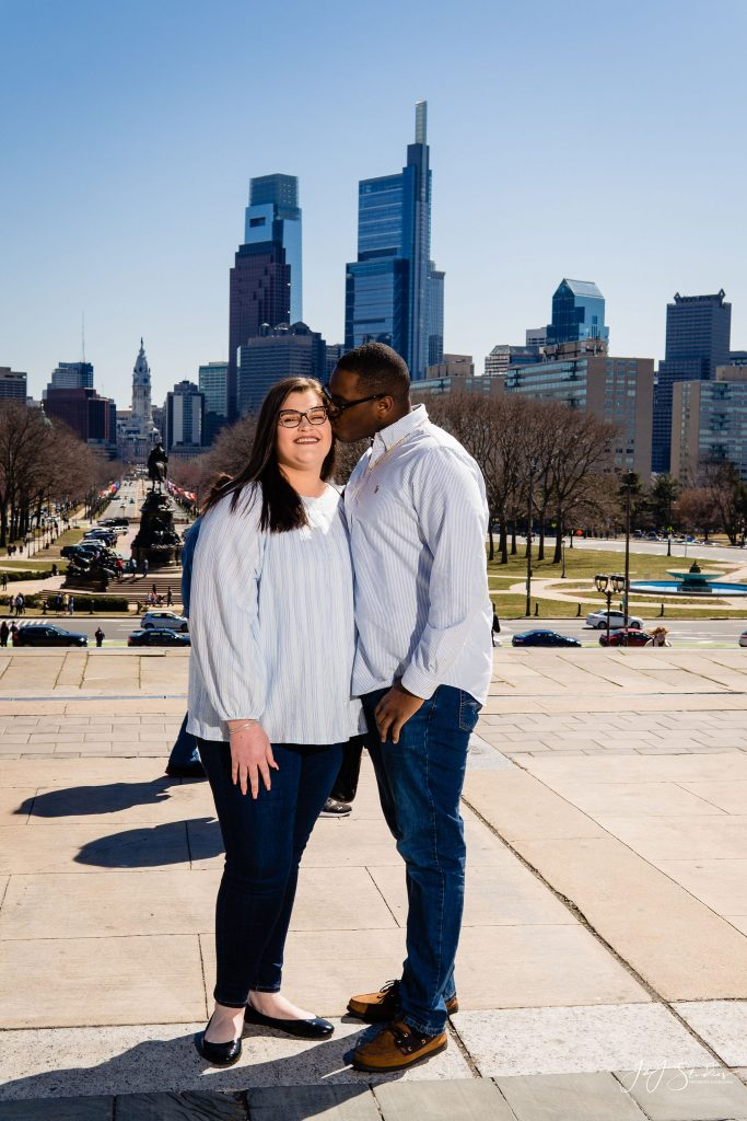 couple kiss philadelphia skyline