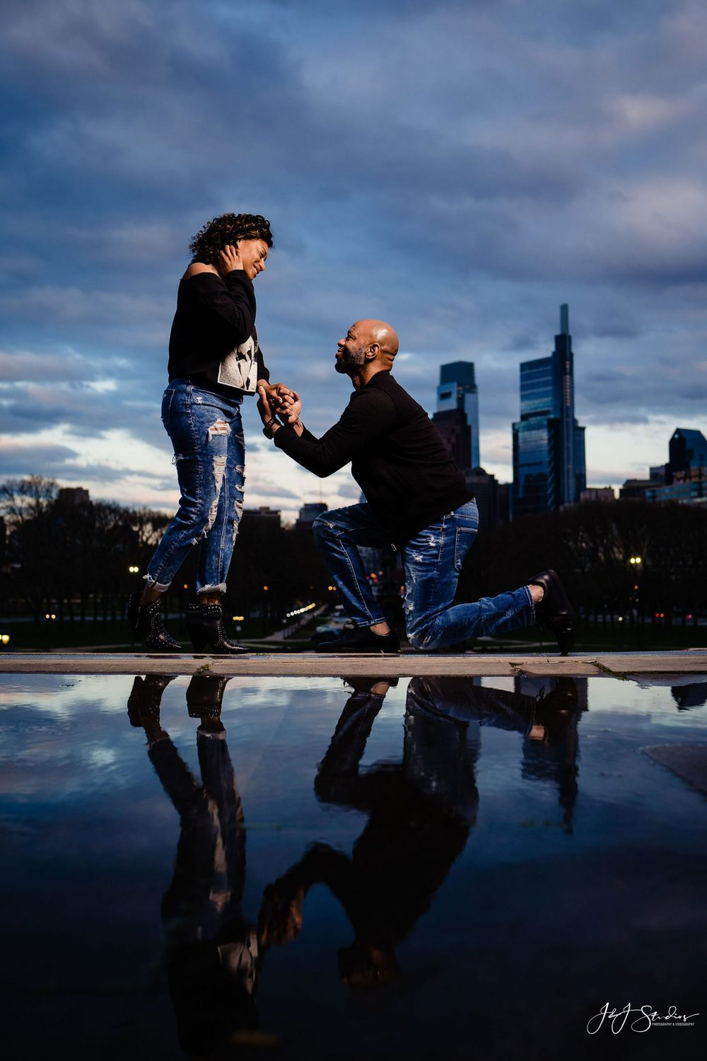 Man proposing Downtown Philly Engagement