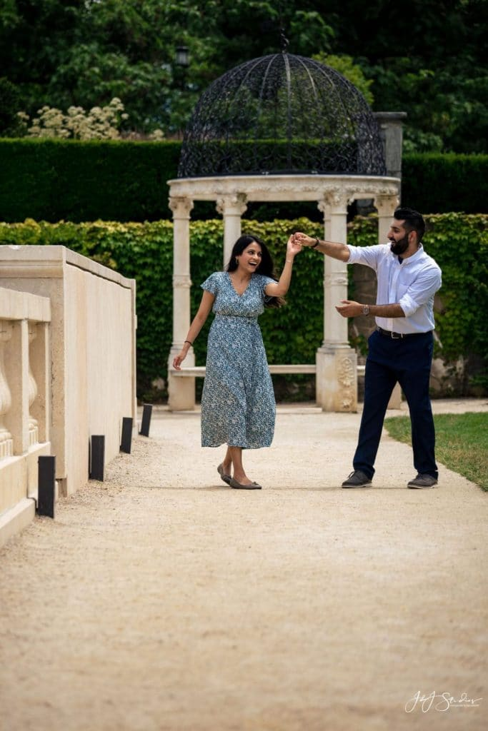 couple dancing in longwood gardens