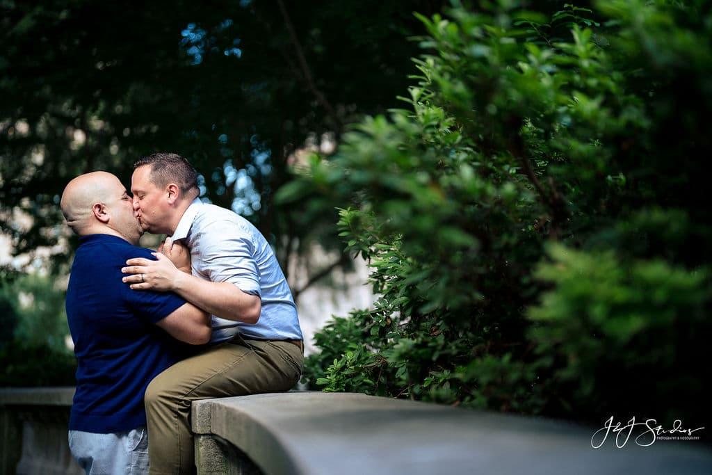 Couple kissing at Rittenhouse Square by J&J Studios