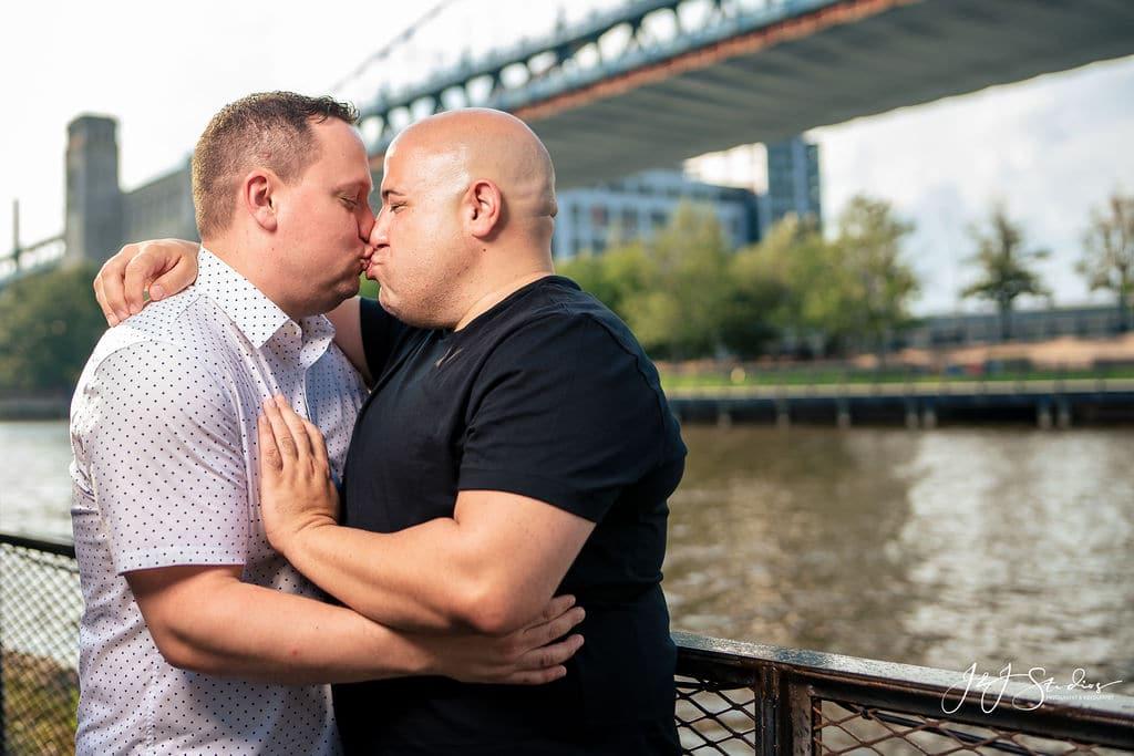 Kissing by the Benjamin Franklin Bridge by J&J Studios