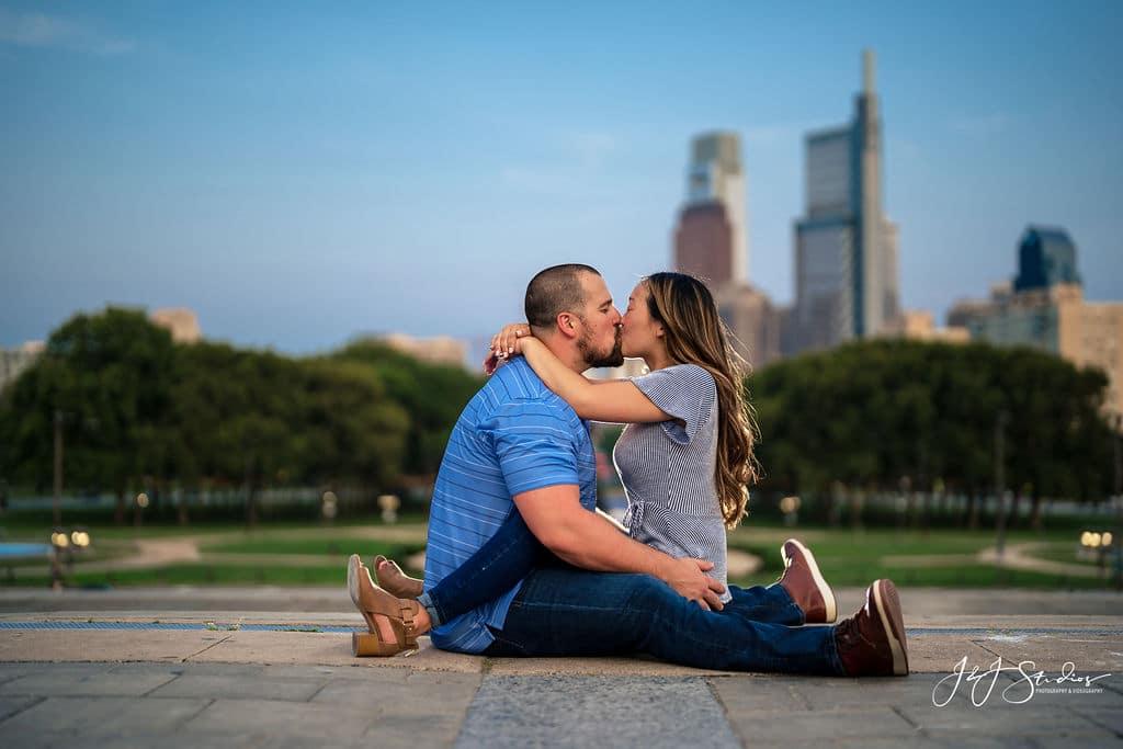 Couple in front of Philadelphia skyline by J&J Studios