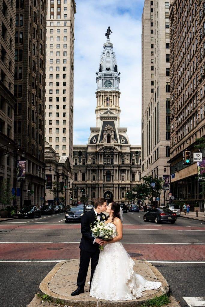 philadelphia pa city hall wedding photo kiss